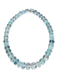 AN AQUAMARINE BEAD NECKLACE