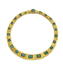 AN EMERALD AND GOLD NECKLACE,