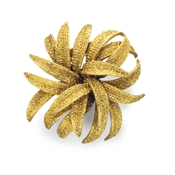 A GOLD FOLIATE BROOCH, BY VAN
