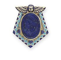 AN EGYPTIAN-REVIVAL LAPIS LAZULI, ENAMEL AND GOLD BROOCH