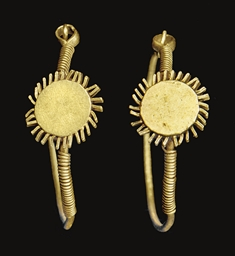 A PAIR OF GOLD SUNBURST EARRIN