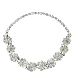 AN ATTRACTIVE DIAMOND NECKLACE