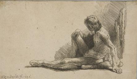 Homme nu assis à terre la jamb
