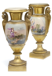 A PAIR OF CONTINENTAL PORCELAI