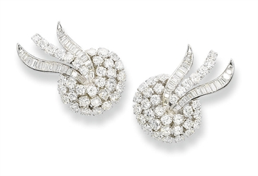 A PAIR OF DIAMOND EAR CLIPS  D