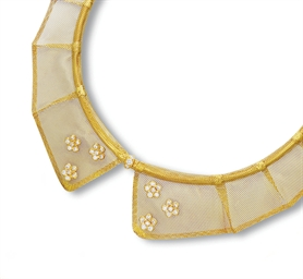 A GOLD AND DIAMOND COLLAR NECK