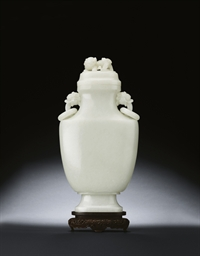 A FINE LARGE WHITE JADE VASE A