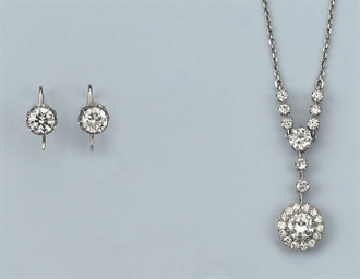 A DIAMOND PENDANT AND A PAIR O