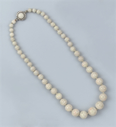 AN ART DECO OPAL BEAD NECKLACE