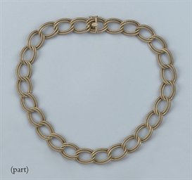A GOLD NECKLACE AND BRACELET E