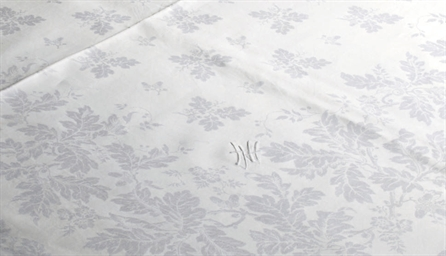 A DAMASK LINEN BANQUET TABLECL
