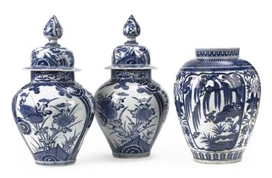 A pair of Japanese Arita blue