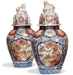 A PAIR OF JAPANESE IMARI JARS