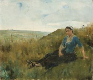 Femme assise dans les champs