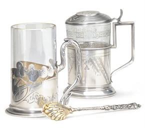 A TEA GLASS HOLDER WITH HINGED