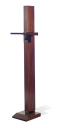 AN ADJUSTABLE MAHOGANY EASEL,