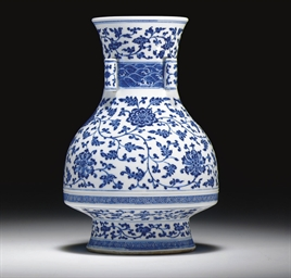 AN UNUSUAL BLUE AND WHITE VASE
