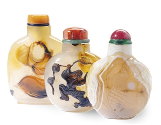 THREE CHINESE AGATE SNUFF BOTT