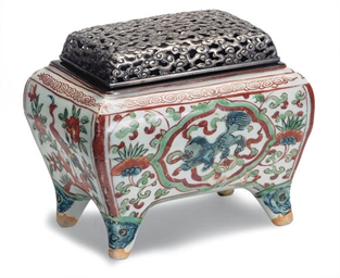 A PORCELAIN WUCAI CENSER AND A