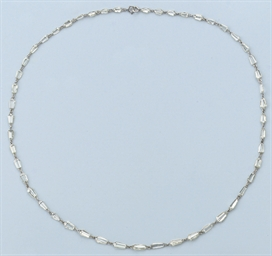 AN UNUSUAL DIAMOND NECKLACE