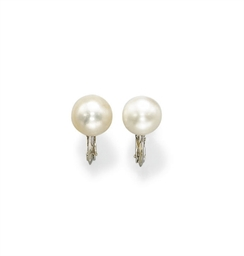 A PAIR OF NATURAL PEARL EAR CL