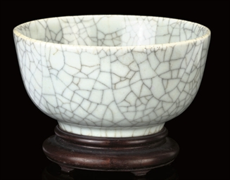 A CRACKLE-GLAZED BOWL, 18TH/19