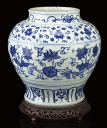A BLUE AND WHITE BALUSTER JAR,