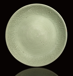 A LARGE CELADON DISH, 15TH/16T