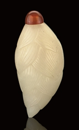 A WHITE JADE SNUFF BOTTLE