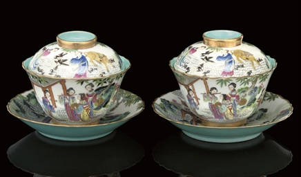 A PAIR OF FAMILLE ROSE BOWLS,
