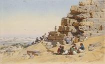 Des orientaux devant une pyramide, un village et un paysage de montagne à l'arrière-plan