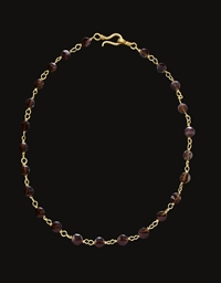 A ROMAN GOLD AND GARNET NECKLA