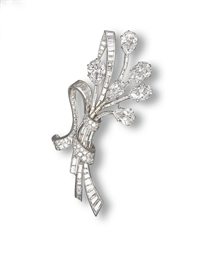A DIAMOND CLIP BROOCH, BY VAN
