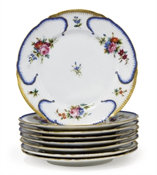 A SET OF EIGHT DINNER PLATES F