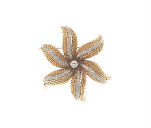 A DIAMOND AND 18K GOLD BROOCH,
