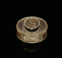 A LOUIS XVI PARCEL-ENAMELLED GOLD AND HAIR BOÎTE-À-SECRET