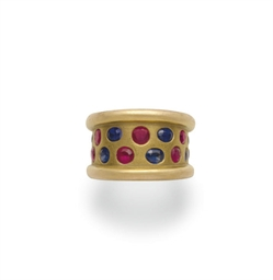 A RUBY, SAPPHIRE AND GOLD RING