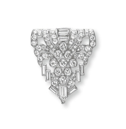 AN ART DECO DIAMOND CLIP BROOC