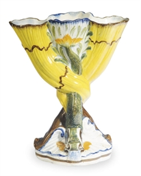 AN ENGLISH PEARLWARE THREE-FIN