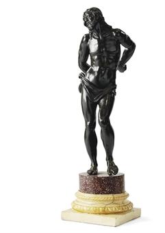 Représenté debout en contrapposte, la tête tournée vers la droite et les mains derrière le dos; sur une plinthe d'époque postérieure en porphyre et en marbre; patine brune à rehauts brun rouge