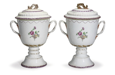 A PAIR OF FAMILLE ROSE URNS AN
