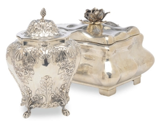 A VICTORIAN SILVER TEA CADDY W