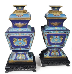 A PAIR OF LARGE CHINESE ARCHAI