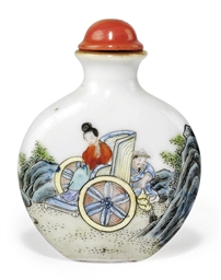 A CHINESE PORCELAIN SNUFF BOTT