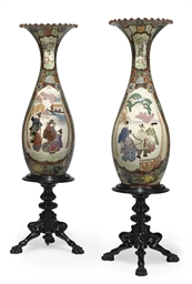 A PAIR OF JAPANESE PORCELAIN V