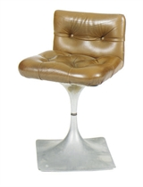 AN ALUMINUM AND LEATHER CHAIR,