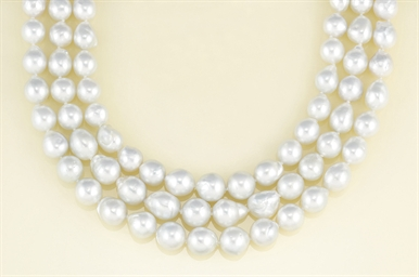 A baroque cultured pearl neckl