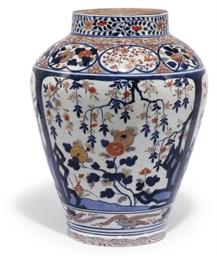 A JAPANESE IMARI JAR