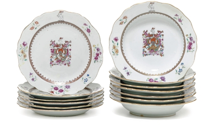 A SET OF CHINESE EXPORT ARMORIAL PORCELAIN SMALL DISHES