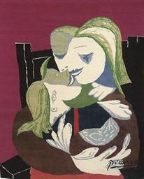 Femme et enfant enlacés